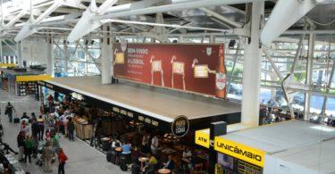 Sagres recebe turistas com mensagens personalizadas no Aeroporto