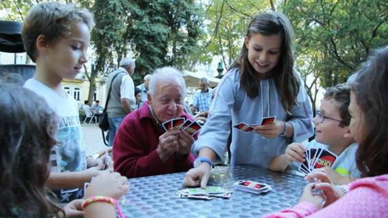 Mattel junta crianças e seniores a jogar Uno