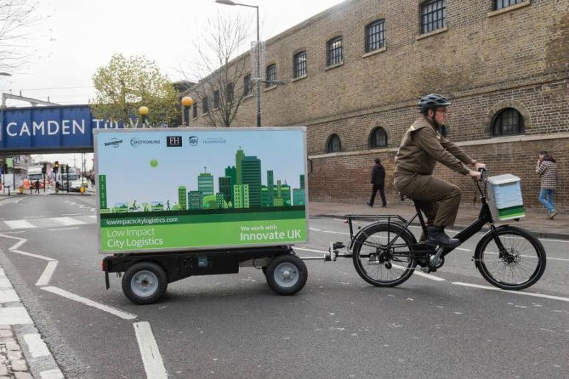 UPS testa entregas com reboques puxados por bicicletas