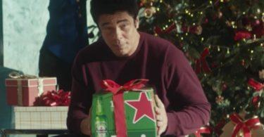 Benício del Toro dá a cara pela campanha de Natal da Heineken