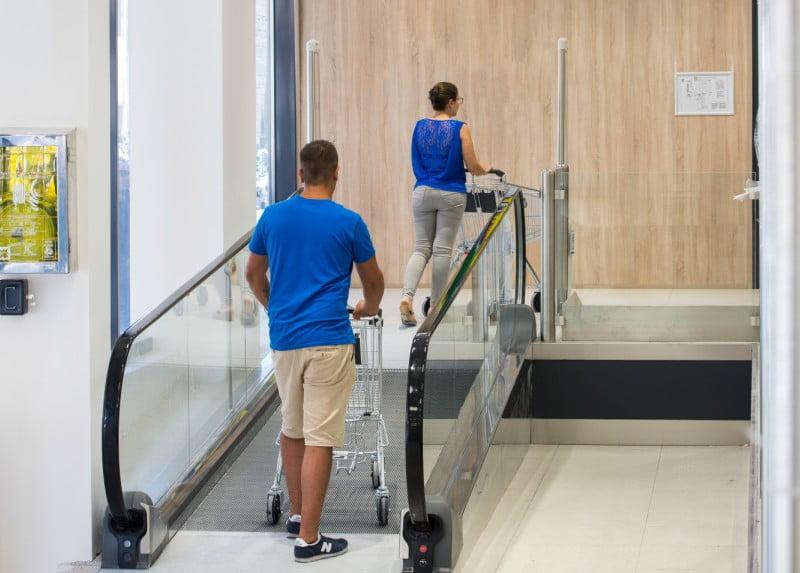 """Thyssenkrupp instala o """"tapete rolante mais pequeno do mundo"""" em supermercado italiano"""