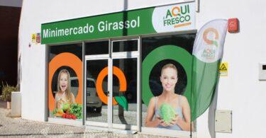A rede Aqui é Fresco abriu uma nova loja em Portimão, o minimercado Girassol, mais concretamente na Praia da Rocha.