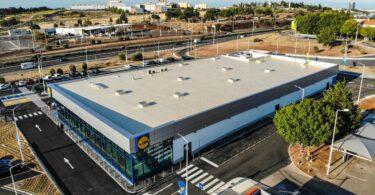 O Lidl já abriu em Portugal a sua primeira loja numa área de serviço, um novo conceito para a retalhista a nível europeu.