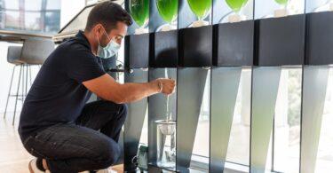 Biorreatores com microcultura de algas foram instalados na sede da Nestlé Portugal, para capturar o CO2 e transformá-lo em oxigénio.